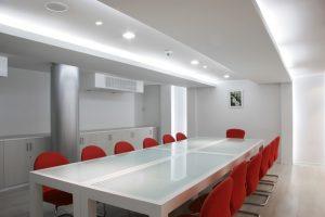Salas de reuniones modernas y coloridas