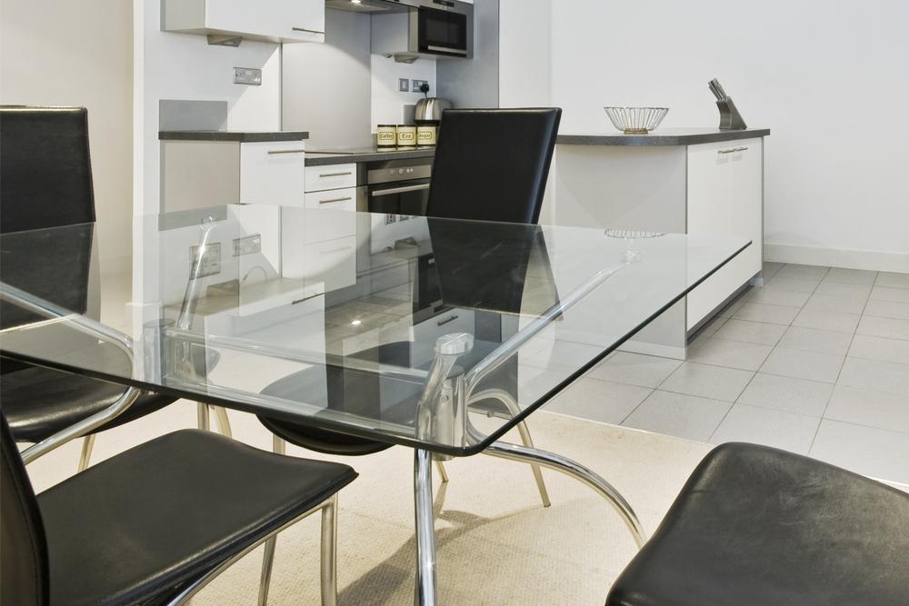Mesa de comedor de cristal for Mesa comedor diseno cristal
